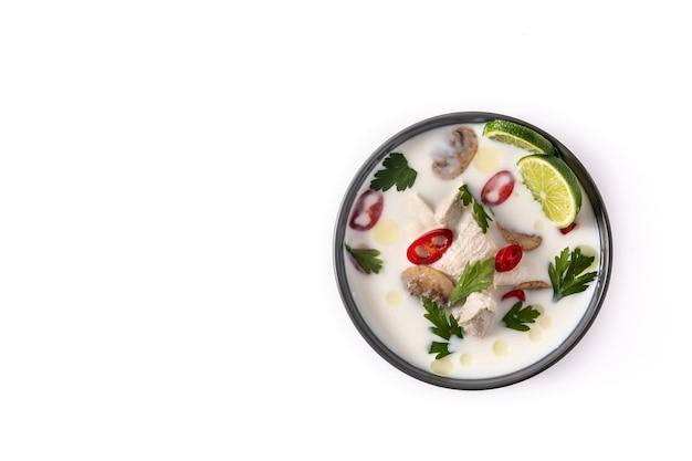 Traditioneel thais eten tom kha gai in kom geïsoleerd op wit