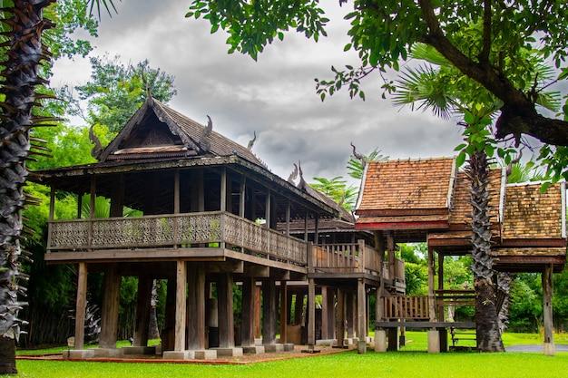Traditioneel thais huis gemaakt van hout met bomen rondom het huis houten antiek huis thaise stijl