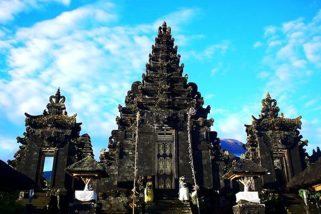 Traditioneel tropisch standbeeld buddha hindu