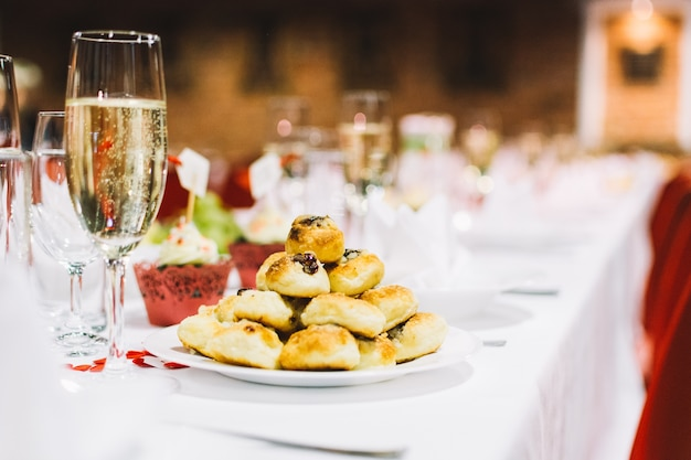 Traditioneel tsjechisch gebakje op een partij van de huwelijksviering