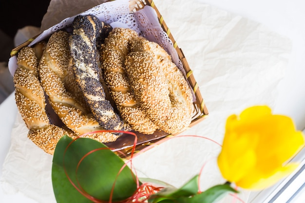 Traditioneel turks gebak - broodjes in de vorm van gedraaide bagels