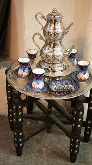 Traditioneel turks thee-zilverwerkgerei op een kleine vintage salontafel