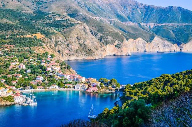 Traditioneel vissersdorp assos op het eiland kefalonia in griekenland Premium Foto