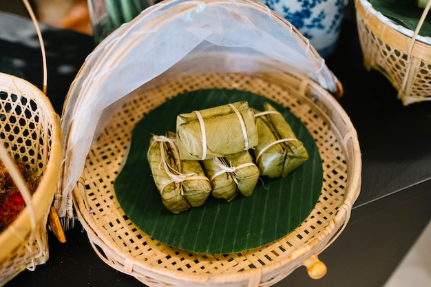 Traditioneel voedsel snackdessert met kleverige rijst en banaan in thailand