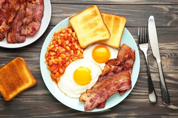 Traditioneel volledig engels ontbijt gebakken eieren, bonen, spek en toast
