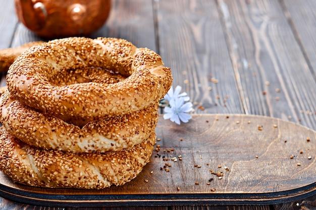 Traditioneel witbrood met sesamzaadjes als ontbijt