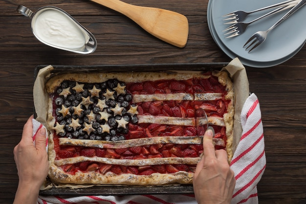 Traditionele amerikaanse onafhankelijkheidsdag of dag van de arbeid strawberry pie in de vorm van een vlag, bovenaanzicht