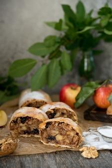 Traditionele apfelstrudel met appel en rozijnen