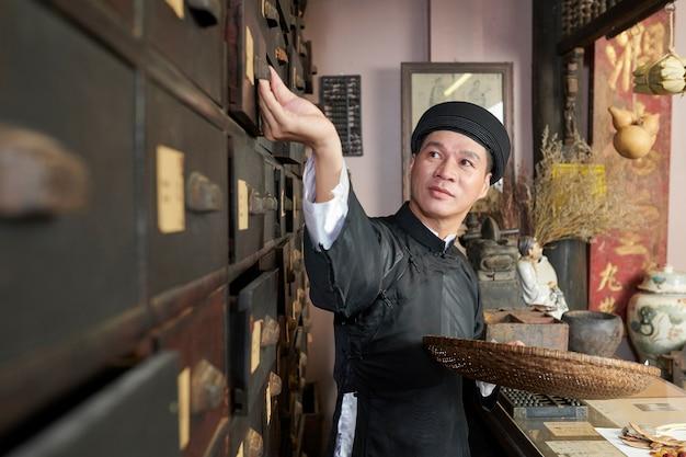 Traditionele apothekersarbeider