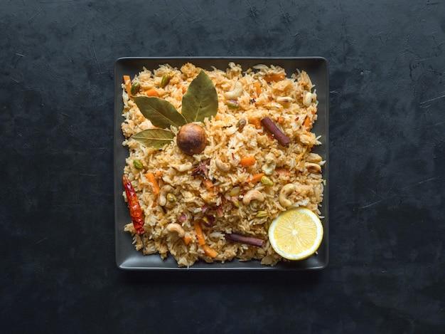 Traditionele arabische basmati rijst met groenten. arabische keuken. plantaardige biryani