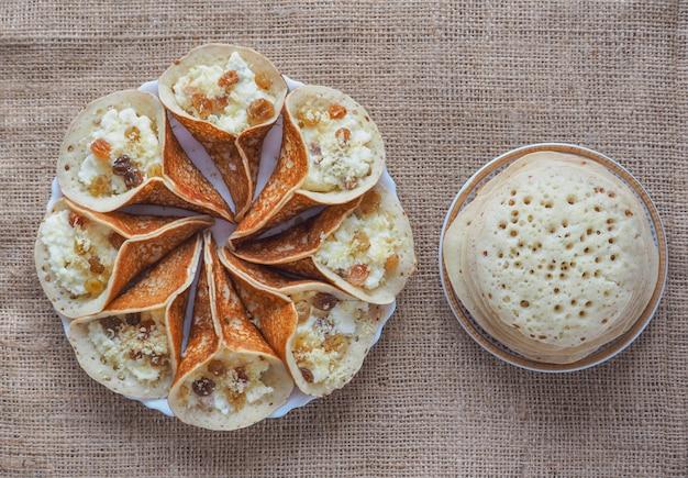 Traditionele arabische pannenkoeken gevuld met room, bereid voor iftar in ramadan.