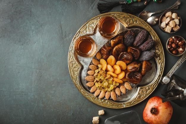 Traditionele arabische thee en droge vruchten en noten, plat liggend
