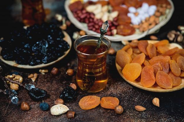 Traditionele arabische thee met gedroogde vruchten, noten en thee