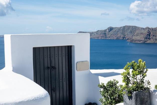 Traditionele architectuur en houten deur in oia village op santorini island, griekenland.