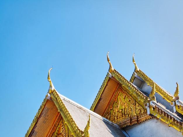 Traditionele architectuur van boeddhistische tempel gevel in thailand tegen blauwe hemel
