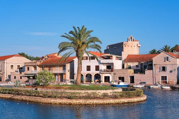 Traditionele architectuur van vrboska-dorp, hvar-eiland, dalmatië, kroatië, europa.