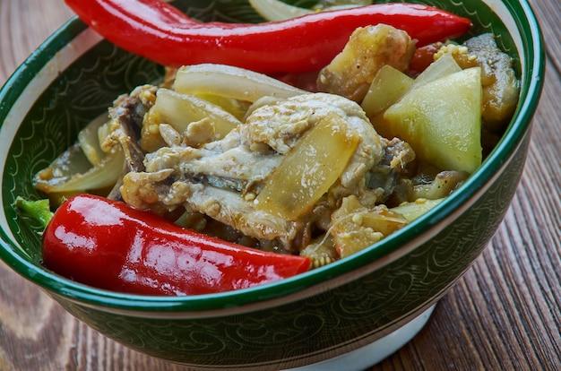 Traditionele assamese kip door gitika - assamese kip curry