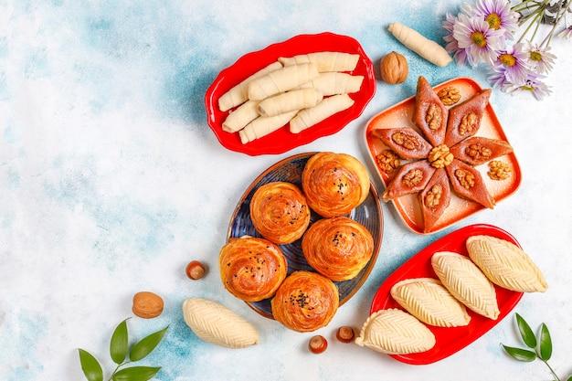 Traditionele azerbeidzjaanse vakantie novruz-snoepjes, shekerbura, qogal, paxlava, mutaki.