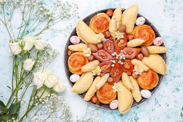 Traditionele azerbeidzjan vakantie novruz koekjes baklavas en shakarburas op zwarte dienbladplaat op licht