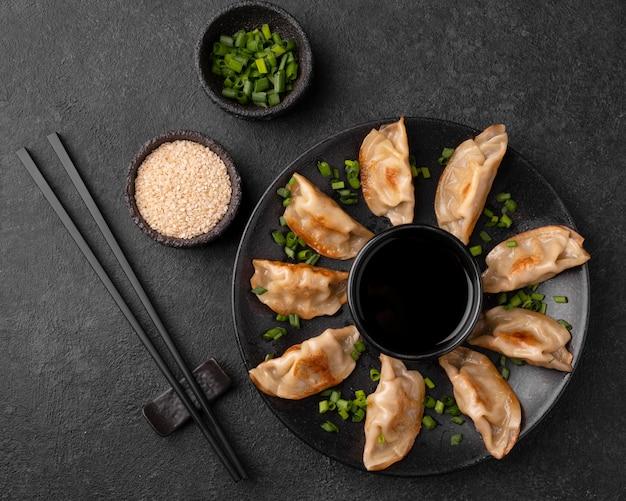 Traditionele aziatische dumplings met kruiden