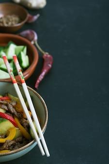 Traditionele aziatische kruidige salade met rundvlees en groenten