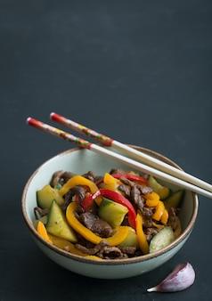 Traditionele aziatische salade met vlees en groenten