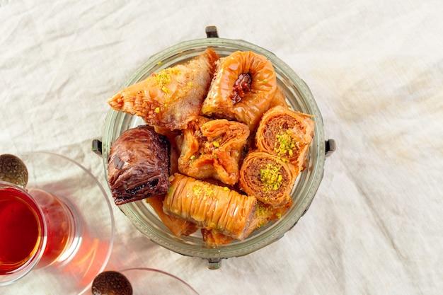 Traditionele baklava op houten tafel