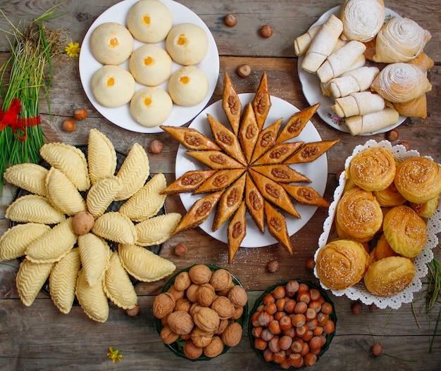 Traditionele baklava van de vakantiekoekjes van azerbeidzjan op witte plaat op de rustieke achtergrond