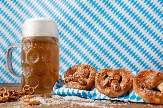 Traditionele beierse snacks en drinken op een tafel