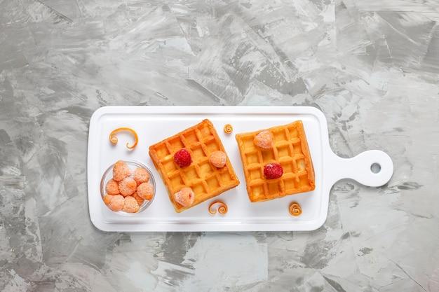 Traditionele belgische wafels met honing en bevroren bessen.
