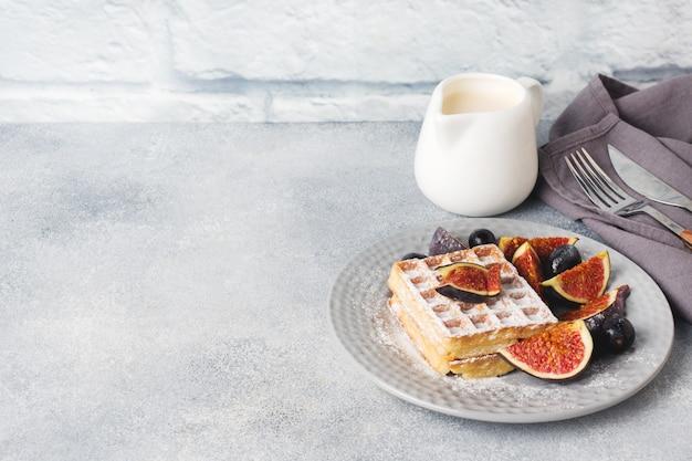 Traditionele belgische wafels met poedersuikerdruiven en vijgen