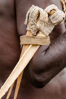 Traditionele benen messen van krijgers van de asmat stam op de arm.