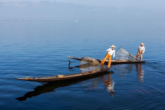 Traditionele birmaanse visser bij inle-meer