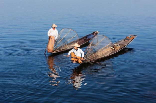 Traditionele birmese vissers op het meer, myanmar
