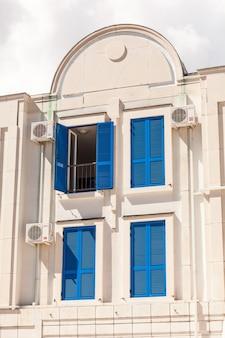 Traditionele blauwe ramen in het oude europese gebouw