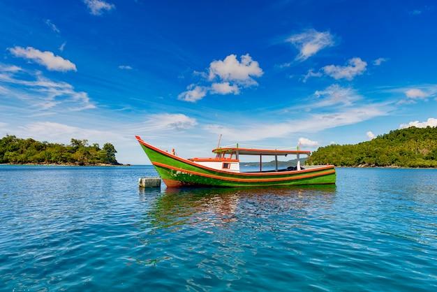 Traditionele boot in het midden van de zee