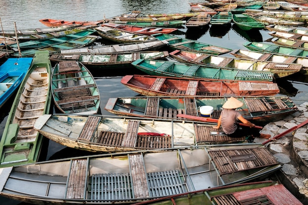 Traditionele boten met lange staart uit het noorden van vietnam, verankerd op de pier in tam coc, ninh binh, vietnam