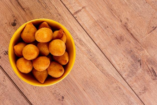 Traditionele braziliaanse gefrituurde snack gemaakt met kip bekend als