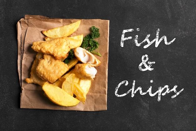 Traditionele britse fish and chips op het donkere oppervlak