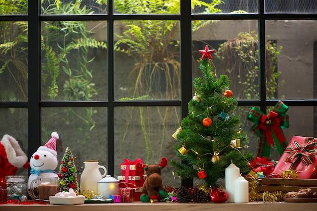 Traditionele cacao van kerstmis drinkt cacao in kop op de donkere houten en windownboom backgroun