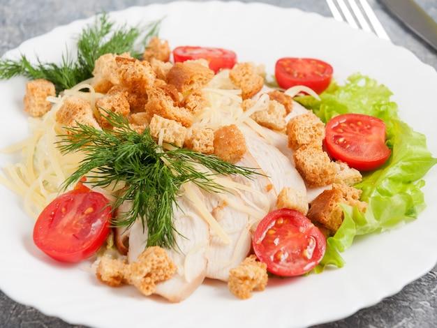 Traditionele caesar salade met kipfilet. detailopname