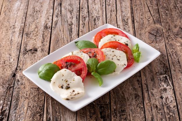 Traditionele caprese salade op een witte plaat