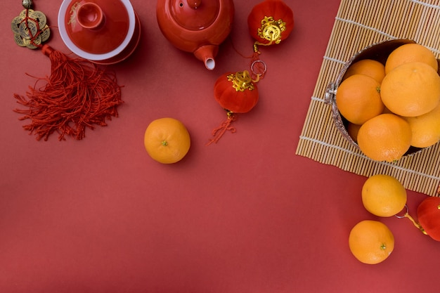 Traditionele chinese feestelijke theeceremonie van het nieuwjaar met mandarijnoranje rode decoratie