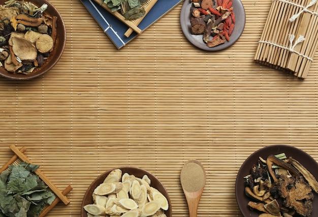 Traditionele chinese geneeskunde en oud medisch boek op bamboe