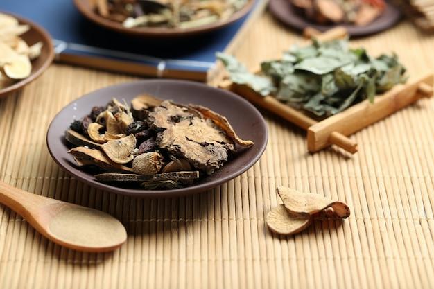 Traditionele chinese geneeskunde op bamboe bureau