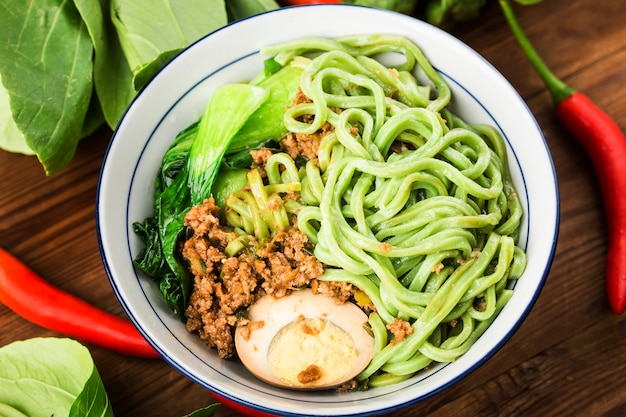 Traditionele chinese keuken: spinazie noodles