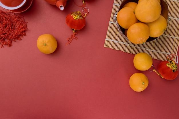 Traditionele chinese nieuwjaar feestelijke ceremonie met mandarijn oranjerood