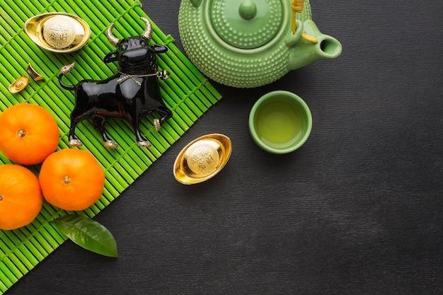 Traditionele chinese os van het nieuwe jaar en reeks theepot en koppen