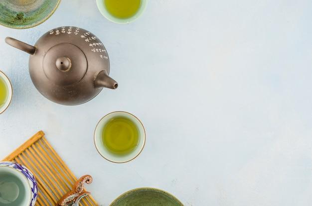 Traditionele chinese theepot en theekopjes die op witte achtergrond worden geïsoleerd