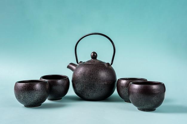 Traditionele chinese theepot voor het zetten van groene thee en theekopjes.
